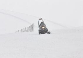 Skutery śnieżne – zimowa atrakcja warta uwagi